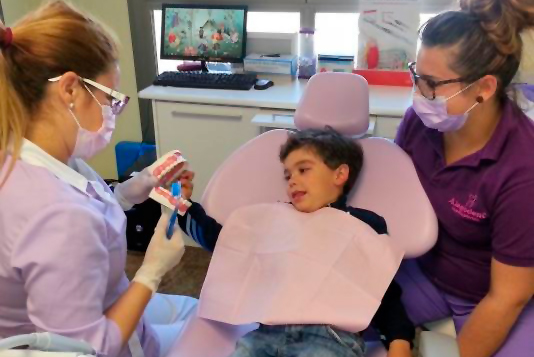 Dentista tratando niño